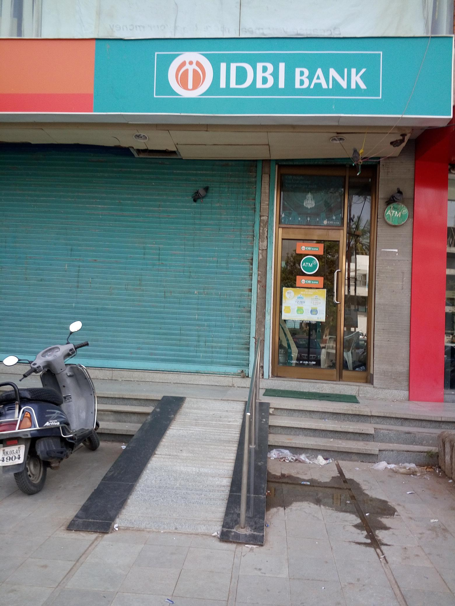 IDBI Bank Alkapuri Branch having Steep Ramp without Ralling It is totally Inaccessible for all Divyang